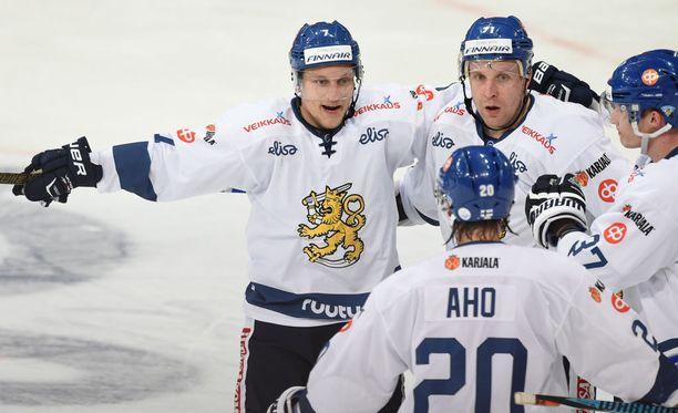Teemu Pulkkinen (vas.) ja Leo Komarov (kesk.) iskivät Suomen voittoon.