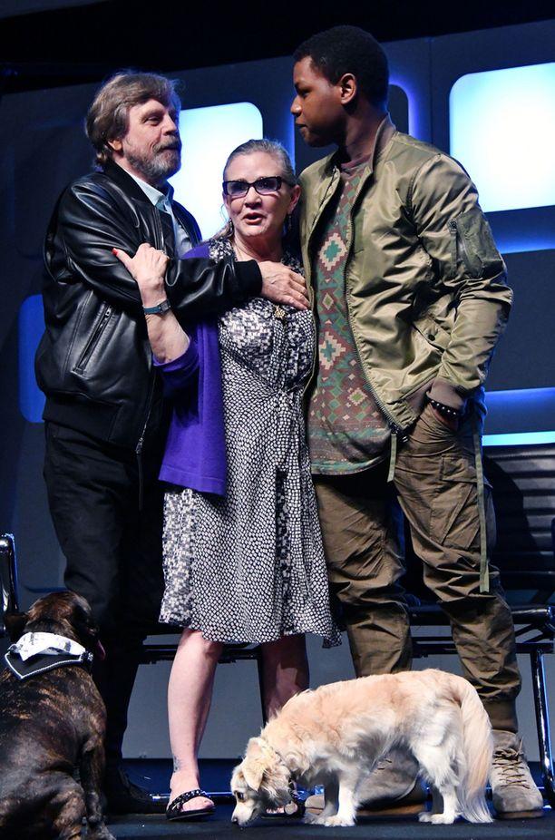 Kun Mark Hamill ja John Boyega saapuivat lavalle, Fisher näytti virkistyneen.
