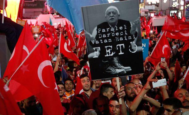 Turkin presidentin Recep Tayyip Erdoganin kannattajat kantavat Fethullah Gülenin kuvalla varustettua kylttiä, jossa tätä nimitetään petturiksi.