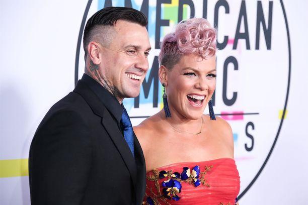 Kuvassa Carey Hart ja Pink.