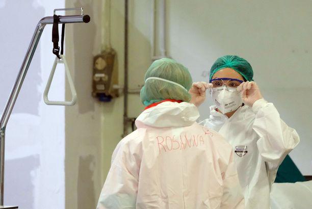 Tutkimuksen mukaan koronaviruksen mutaatio on yleistynyt erittäin nopeasti. Kuvassa hoitajia Spedali Civilin sairaalassa Bresciassa Italiassa keskiviikkona.