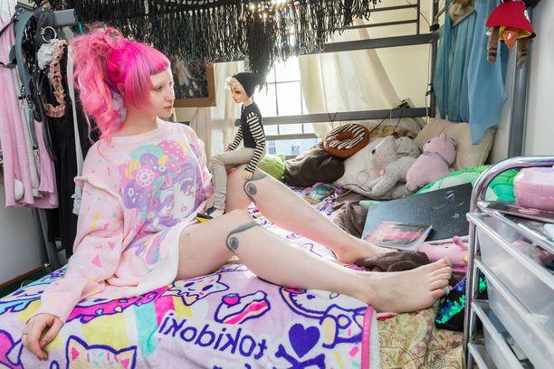 Toshilla on jaloissaan tatuoinnit polvien kohdalla.
