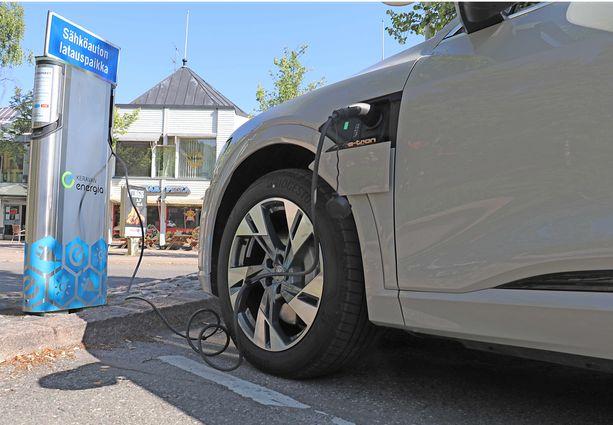 Suomi sähköistyy ladattavien hybridien myötä, mutta täyssähköautojen hinnat ovat vielä peruskansalaisille liian korkeita.