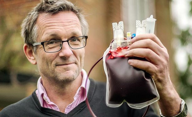 Michael Mosleylta otetaan puolen litran verinäyte.