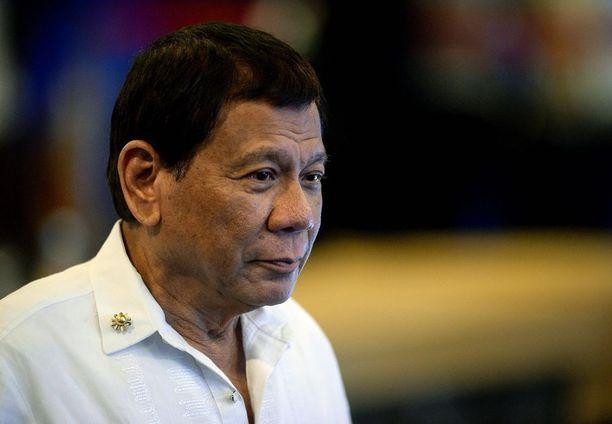 Presidentti Duterte laulaa luritti rakkauslaulun juhlaillallisella.