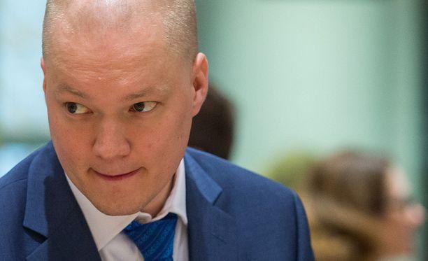Poliisi antoi ulkoministeri Timo Soinin valtiosihteerille Samuli Virtaselle huomautuksen liikennerikkomuksesta.