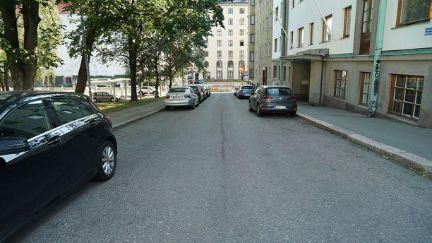 Väinämöisenkadun umpikuja näkyy kadun päässä, jossa tehdään Mechelininkadun remonttiin liittyvää tietyötä.