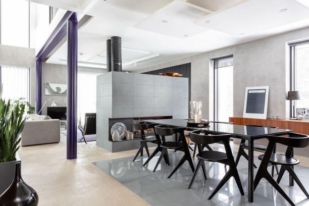 Sisustus on kauniin seesteinen, vaikka huonekaluvalinnoissa on uskallettu käyttää rohkeutta. Asuintilaa on liki 300 neliötä ja tilat sijaitsevat kolmessa kerroksessa.