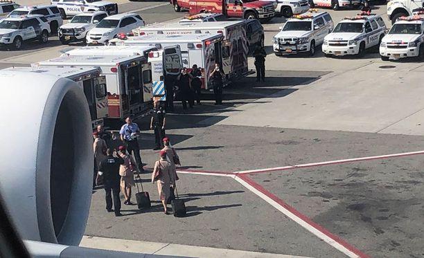 Viranomaiset tarkistivat matkustajat ja miehistön heidän laskeuduttuaan maahan.