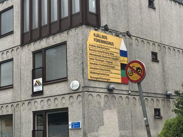 Valtaosa Hjällbon asukkaista on ulkomaalaistaustaisia, mikä näkyy yhdistystoiminnassa.