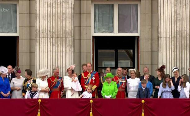 Brittihovin jäsenet tervehtivät kansaa parvekkeelta kuningattaren syntymäpäivillä.