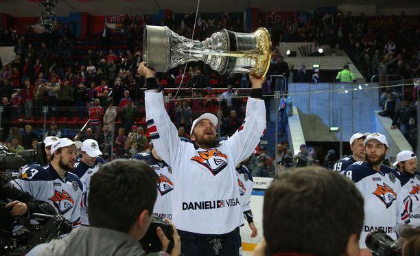Oskar Osala juhli uransa toista Gagarin Cupin voittoa lähes yksijalkaisena.