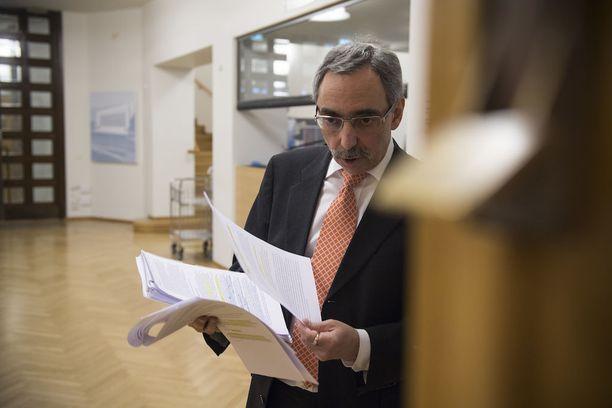 Ärhäkästi eduskunnan täysistunnossa esiintynyt Ben Zyskowicz esitteli istunnon jälkeen esimerkkejä professoreiden kannanotoista, joita Zyskowicz pitää kyseenalaisina.