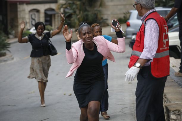 Järkyttyneet ihmiset juoksivat turvaan hotelli- ja toimistorakennuksesta.