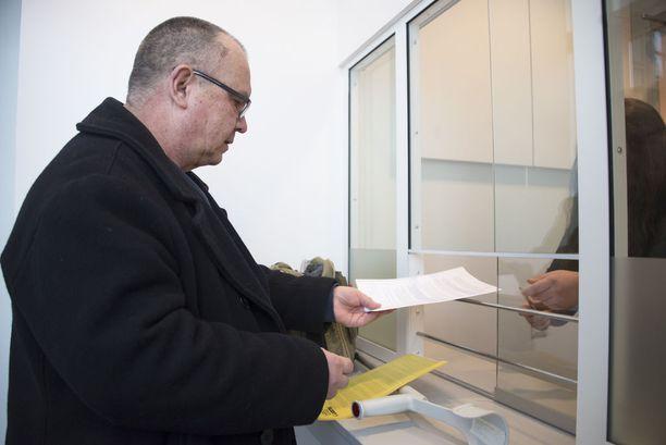 Lakimies-kirjailija Juhani Tamminen jätti perjantaina Poliisihallitukseen Aarnio-vyyhtiin liittyviä tutkintapyyntöjä.