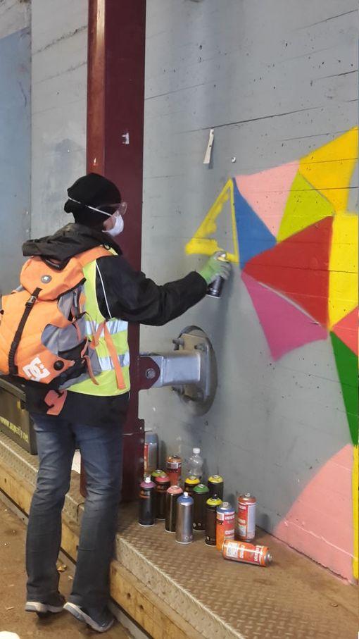 Katutaiteen saaminen Malminkartanon juna-aseman tunnelin harmaisiin seiniin kesti vuosia, mutta viime viikonloppuna työ viimein toteutui.
