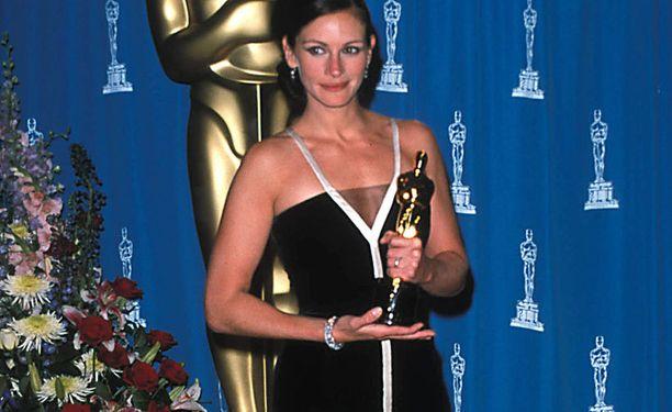 Julia vaihtoi maisterinpaperit Oscariin.