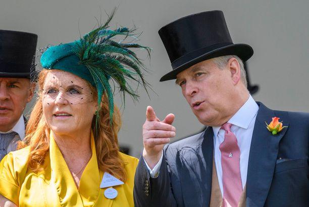 Yorkin herttuatar Sarah vierellään ex-puoliso prinssi Andrew. Prinssi selosti ex-rakkaalleen laukkakisojen kulkua.