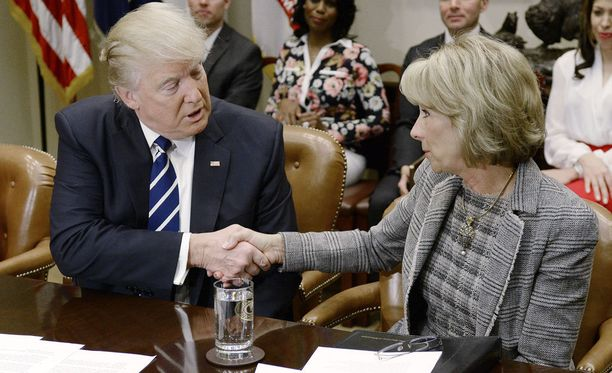 Yhdysvaltain presidentin Donald Trumpin hallinto kumosi keskiviikkona ohjeistuksen, joka salli transsukupuolisten oppilaiden käyttää sukupuoli-identiteettinsä mukaisia vessoja. Ohjeistuksen kumoamista suositteli opetusministeri Betsy DeVos (oik.).