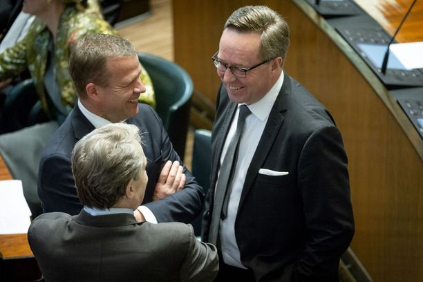 Vasta nimetty valtiovarainministeri Mika Lintilä (kesk) juttutuokiossa edeltäjänsä Petteri Orpon (vas) ja konkariedustaja Ilkka Kanervan kanssa eduskunnan täysistuntosalissa 6.6.2019.