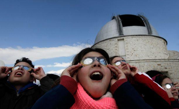 Ateenassa lapset ihastelivat taivaan ilmiötä.