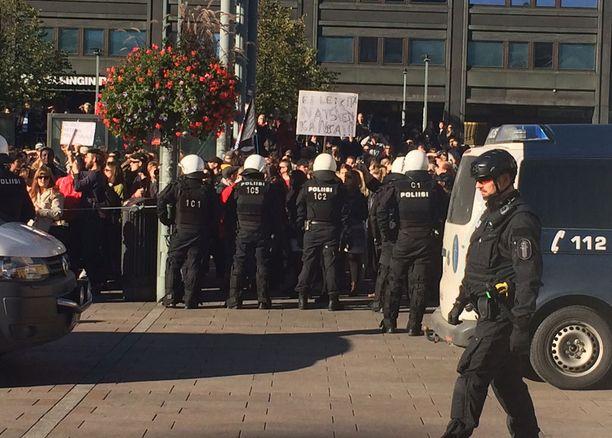 """Huudoissa kuuluu kuuluu, että """"Jos hallitus olisi laittanu alun perin rajat kiinni, mitään leikkauksia ei Suomeen tarvittaisi"""" ja """"me otamme velkaa jotta voisimme kustantaa turvapaikanturismin""""."""