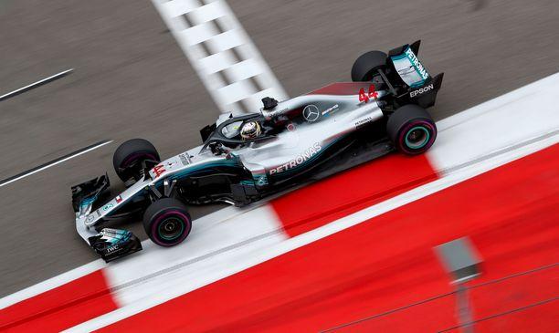 Lewis Hamilton lähtee ennakkosuosikkina Venäjän GP:n aika-ajoon.