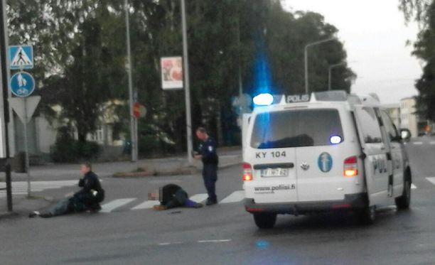 Paikallaolleiden mukaan yksi henkilö loukkaantui tilanteessa ja poliisi taltutti toisen miehen etälamauttimella.