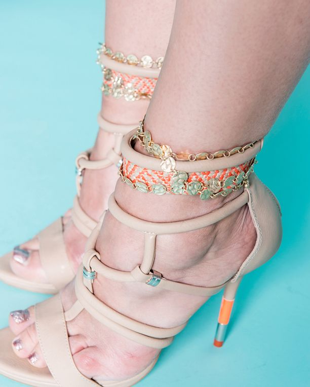 Tuunaa kengät ja laukut koruilla, vinkkaa stylisti Katja Teinilä.