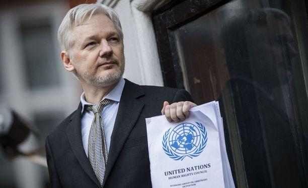 Julian Assange selittää dokumentissa juurta jaksain, kuinka helppo nettiin on jättää jäljitettävissä olevia jälkiä.
