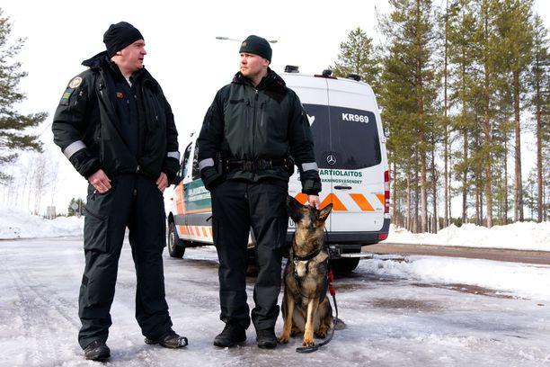 Ylirajavartija Olli Niskanen, vanhempi rajavartija Ville Koivisto ja Aava vahtivat Kolarissa.