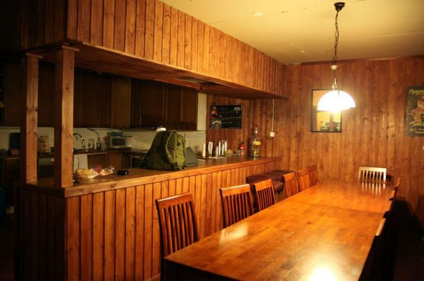 Myös yläkerrasta löytyi keittiön yhteydestä baaritiski, joka ei tosin näyttävyydessään vedä vertoja alakerran viihdykkeille. Keittiön pöydän ääreen mahtuu silti toistakymmentä ihmistä viettämään iltaa.
