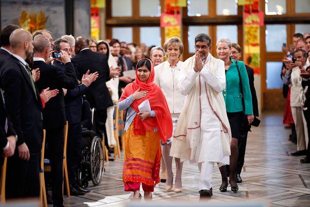 Nobel-voittajat saapumassa kahdelta Suomen aikaa alkaneeseen palkintoseremoniaan.