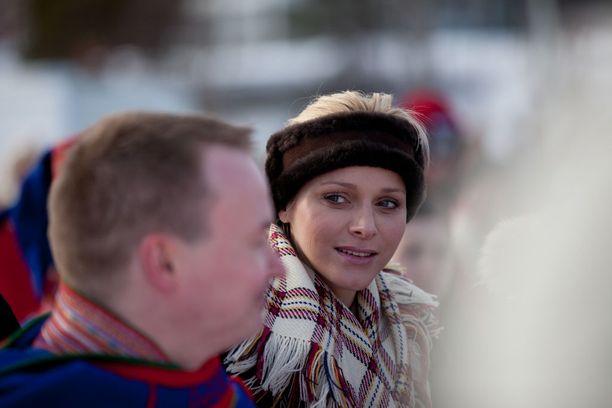 Tällä kertaa ruhtinas vierailee Suomessa yksin. Vuonna 2012 hänen mukanaan Enontekiölle matkasi myös vaimo, ruhtinatar Charlene.