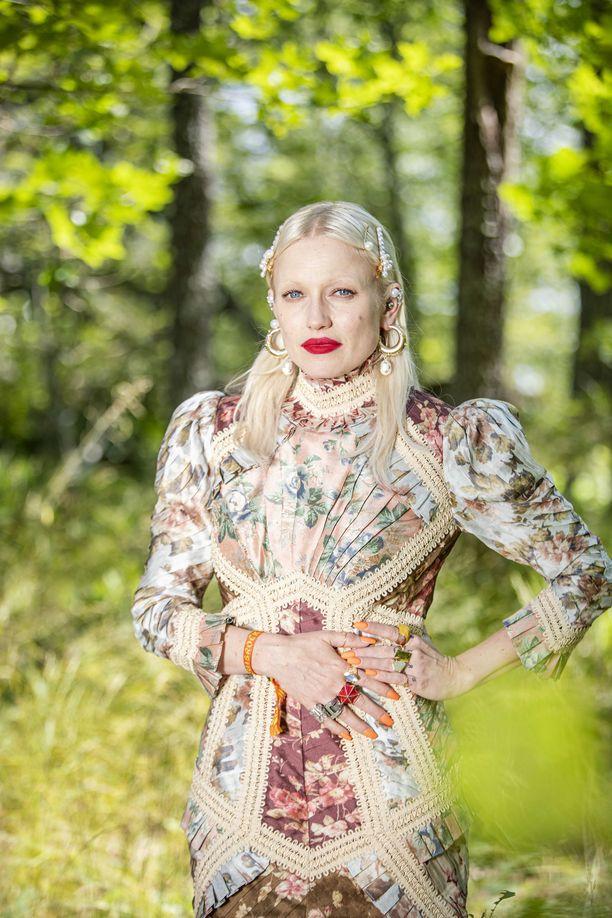 Laulaja Chisu kuvattiin Ruisrockin aikaan Ruissalon metsässä.