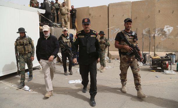 Tikritissä toimivien irakilaisjoukkojen komentaja, kenraaliluutnantti Abdul-Wahab al-Saadi (keskellä), tarkisti joukkojaan kaupungin etulinjassa perjantaina.