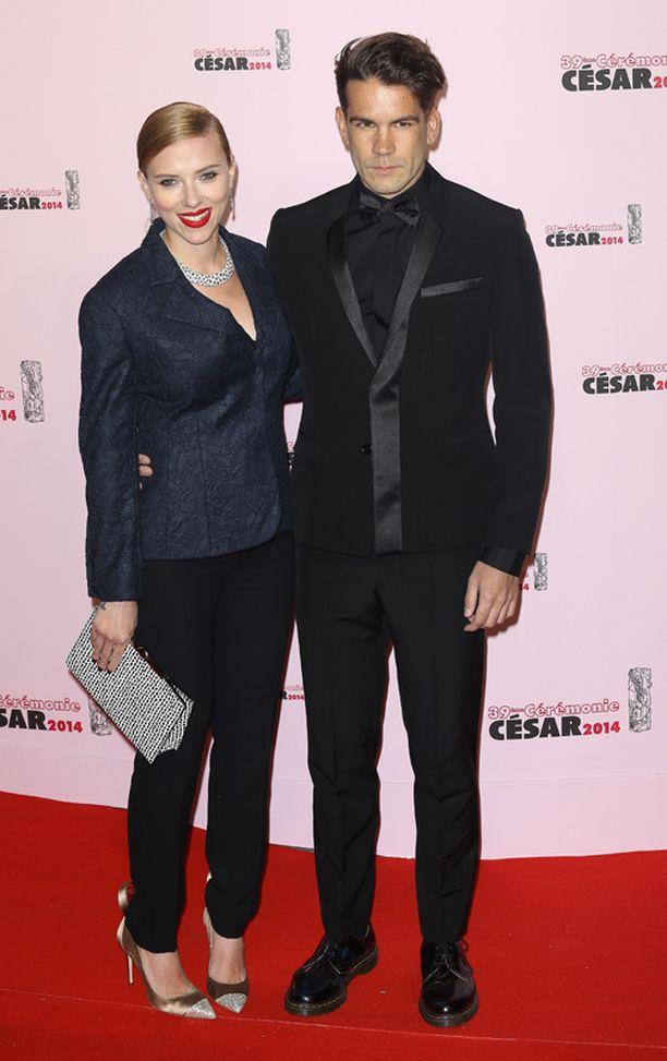 Scarlett sekä Lapsen isä Romain Dauriac kuvattuna helmikuussa 2014.