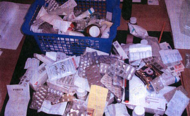 Murhista syytetyn hoitajan kotoa löytyneitä lääkkeitä.