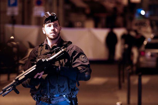 Pariisissa lauantaina sattuneessa veitsi-iskussa kuoli yksi ihminen ja loukkaantui useita. Isis on ilmoittanut olevansa iskun takana.