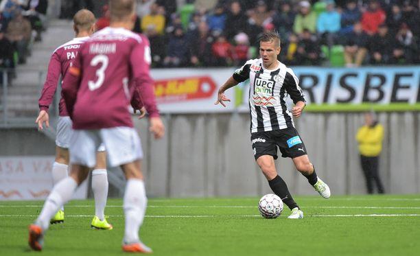 VPS:n Sebastian Strandvall nautti Elisa-stadionin tunnelmasta.