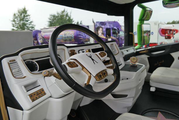 Södertäljestä tulleen Müllerin -firman Scanian ohjaamo.