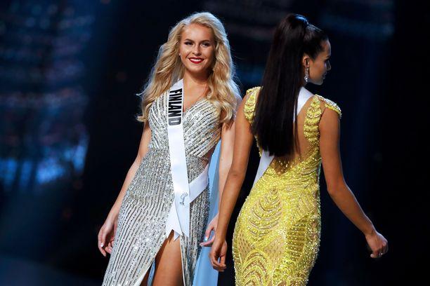 Suomen edustanut Miss Suomi Alina Voronkova (vas.) ei menestynyt kilpailussa. Kuvassa Voronkova iltapukukierroksella Thaimaan Bangkokissa 13. joulukuuta 2018.