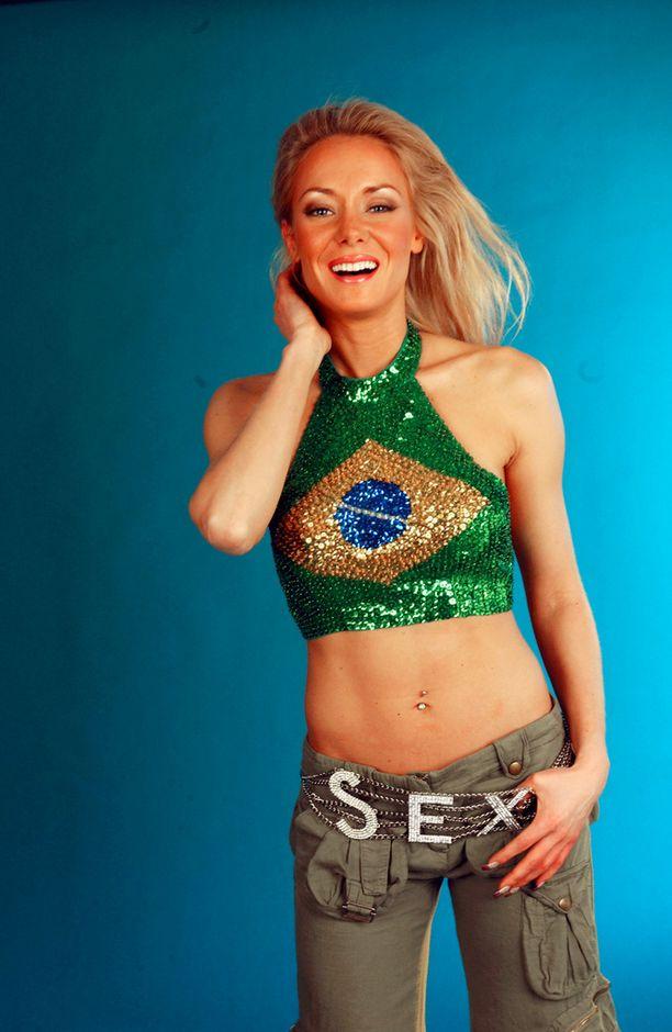 Seksikäs paljettinapapaita ja sex-vyö löysivät tiensä Jenni Aholan ylle kuvauksissa vuonna 2003.