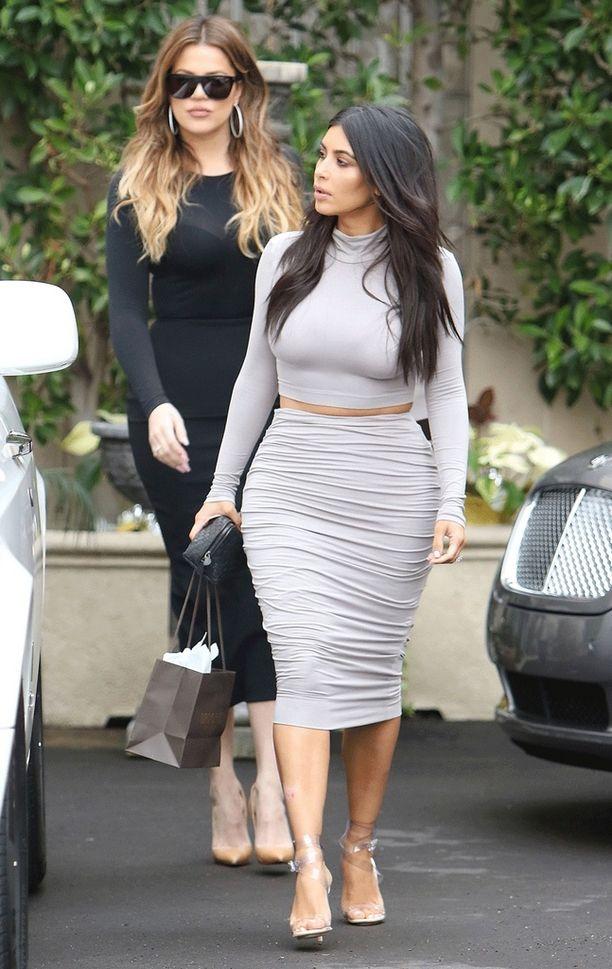 Khloe (takana) Kardashian ajoi onnettomuusautoa. Edessä sisko Kim Kardashian.