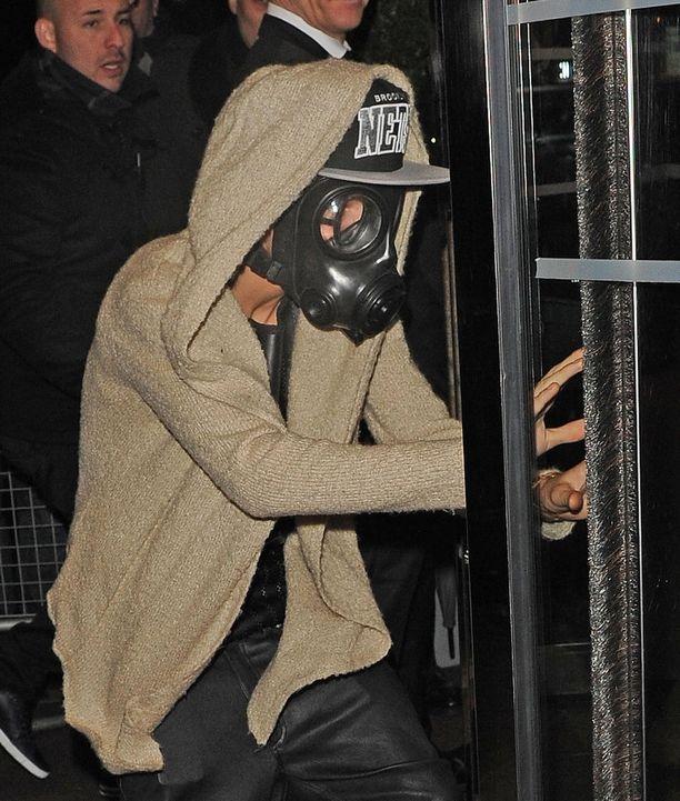 Justin Bieber arveli, ettei häntä kukaan tunnistaisi kaasunaamari päässä. Toisin kävi.