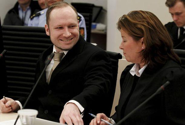 Breivik hymyili yhdelle puolustusasianajajistaan oikeudessa.
