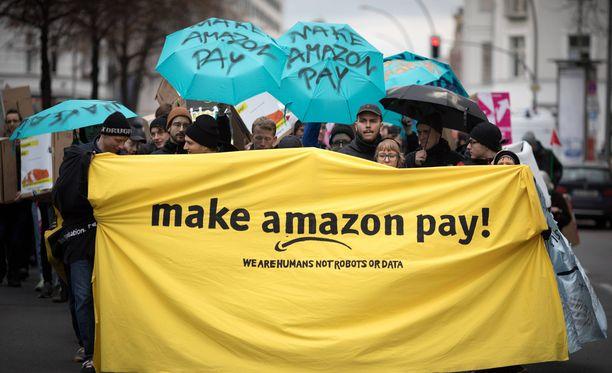 Amazonin työntekijät osoittivat mieltään Saksassa huonojen palkkojen ja työolosuhteiden vuoksi viime viikon perjantaina.