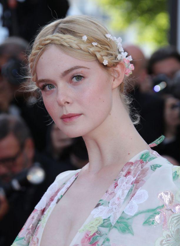 Tämä Elle Fanningin herkkä kukkaiskampaus kruunaa romanttisen lookin.