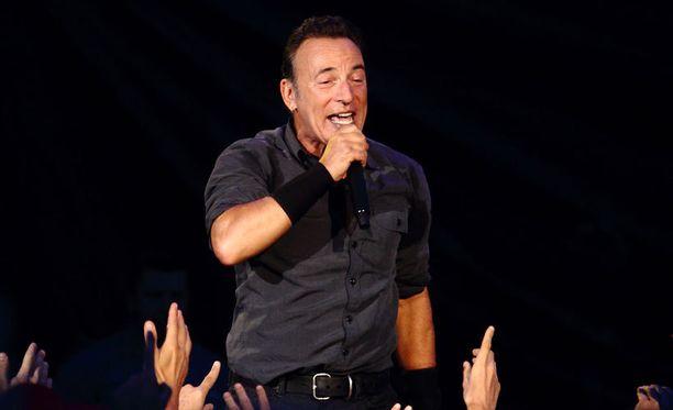 Bruce Springsteen pyysi suomalaisnaisen tanssimaan kanssaan lavalle.