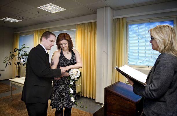 Timo Hellsten ja Tanja Sorsa vihittiin avioliittoon Tampereen maistraatin vihkihuoneessa. Vihkijänä oli henkikirjoittaja Annamari Rouhe.